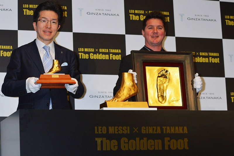 Токіо, Японія, 6 березня. Ювеліри Гінза Танака і Родріго Мессі представили виготовлену з чистого золота копію лівої ноги кращого футболіста світу Ліонеля Мессі вагою 25 кг. Її вартість становить понад $ 5 млн. Фото: Koki Nagahama/Getty Images