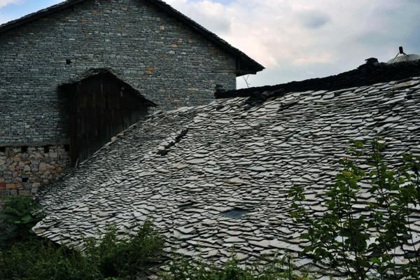 Крыши домов в деревне Шитоу сделаны из каменной черепицы. Фото: panyifu.blog.163.com