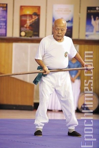 Мастер школы «Молот Саньбудянь» Хэ Шань-фа демонстрирует стиль «Молот трех шагов». Фото: Лянь Ли. The Epoch Times