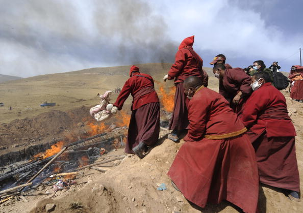 Тибетские монахи кремируют жертв землетрясения в китайской провинции Цинхай. Фото: FREDERIC J. BROWN/AFP/Getty Images