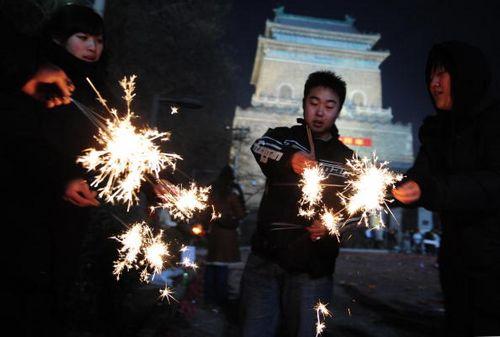 Пекин. В канун китайского Нового года (6 февраля) люди зажигают бенгальские огни и пускают шумные петарды изгоняя таким образом нечисть. Фото: FREDERIC J. BROWN/AFP/Getty Images