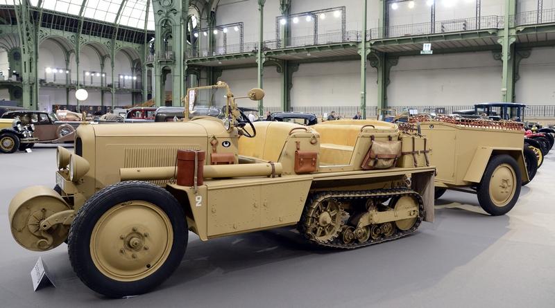 Париж, Франція, 6 лютого. У Великому палаці проводиться аукціон старовинних автомобілів і мотоциклів. На фото — гусеничний автомобіль «Citroen-Kegresse P-19 B» 1931 року випуску. Фото: BERTRAND GUAY/AFP/Getty Images