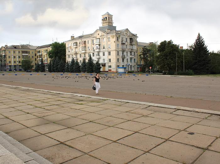 Центральная площадь города. Повреждённый дом. Фото: Ирина Рудская