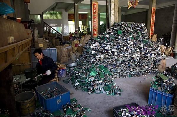 Крестьяне занимаются переработкой электронного мусора. Район города Шаньтоу провинции Гуандун. Фото с aboluowang.com