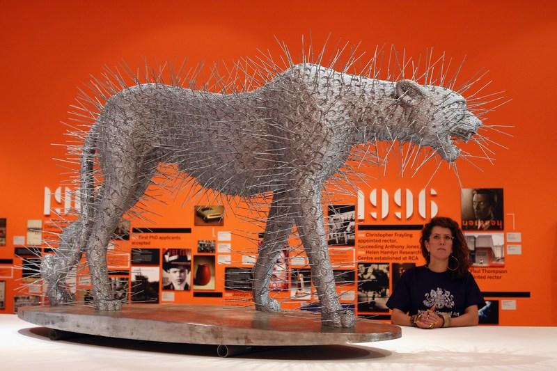 Лондон, Англия, 15 ноября. К 175-летней годовщине Королевского колледжа искусств открылась выставка из 350 работ выпускников и преподавателей. На фото — работа Дэвида Маха «Пронзительность». Фото: Oli Scarff/Getty Images