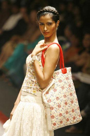 Одежда от дизайнера Payal Jain на Неделе моды Wills India Fashion Week, проходившей в индийском Нью-Дели. Фото: MANPREET ROMANA/AFP