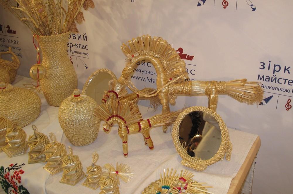 Анжеліка Рудницька навчала зіркових дітей робити із соломи диво-ангела. Фото: Оксана Позднякова/The Epoch Times Україна