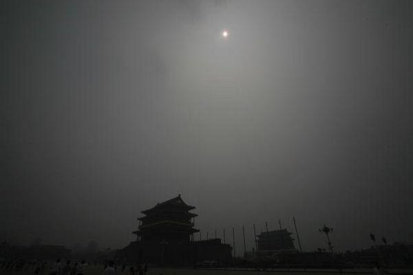 Смог в Пекине за 11 дней до Олимпиады. 28 июля. Фото: Andrew Wong/Getty Images