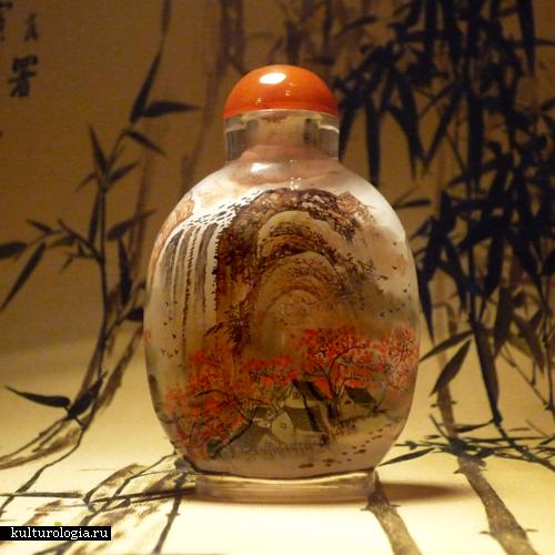 Для росписи флаконов изнутри использовали тонкую кисть, ворсинки которой прикреплялись к ручке под углом. Фото: kulturologia.ru