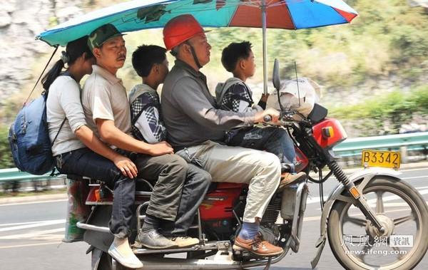 На фото обычная поездка на мотоцикле с водителем и четырьмя пассажирами. Провинция Гуйчжоу. Августа 2011 год. Фото: news.ifeng.com