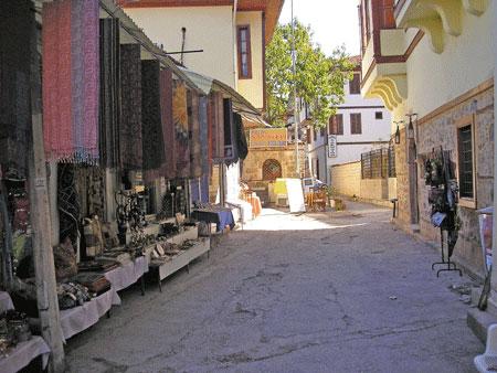 Узенькая улочка в старом городе Анталии. Фото: Елена Подсосонная