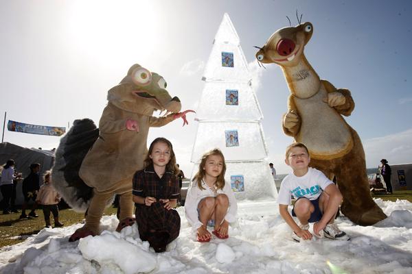 Діти разом із мультяшками з «Льодовикового періоду» святкують перший офіційний день літа в Сіднеї, Австралія, на пляжі «Bondi Beach», який перетворився на зимову країну чудес. Фото: Brendon Thorne / Getty Images