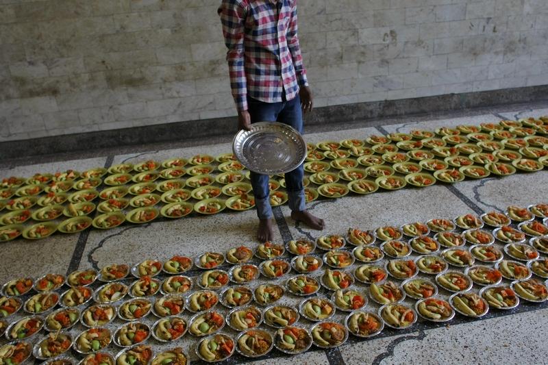Дели, Индия, 22 июля. Доброволец готовит пищу в первый день Рамадана возле мавзолея суфийского святого Низамуддина Аулии. Фото: TENGKU BAHAR/AFP/GettyImages