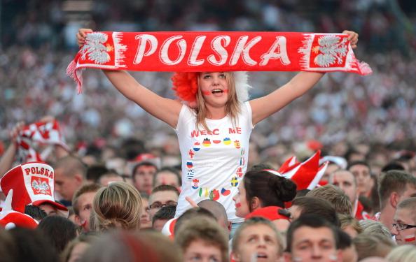 Польські вболівальники спостерігають за матчем Польща — Чехія на великому екрані 16 червня 2012 р., Гданськ. Фото: PATRIK STOLLARZ/AFP/Getty Images