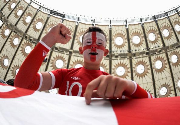 Київ, Україна — 15 червня: фан збірної Англії на тлі Олімпійського стадіону на матчі Швеції та Англії. Фото: Christopher Lee/Getty Images