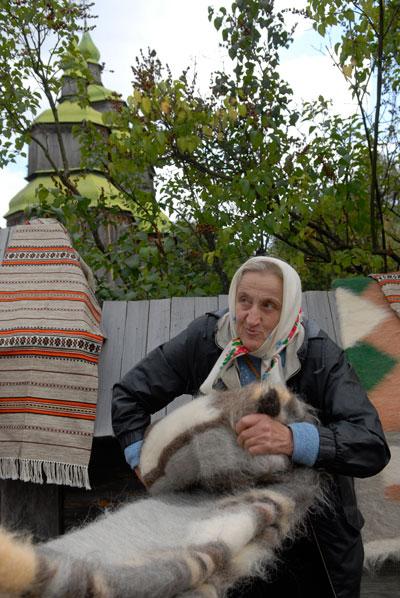 Старушка показывает шерстяное одеяло на фестивале «Казацкие звитяги 2009». Фото: Владимир Бородин/The Epoch Times