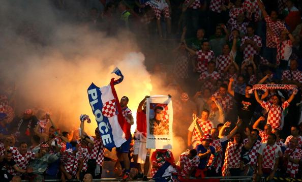 Хорватські шанувальники футболу запалюють фаєри на матчі між Ірландією і Хорватією 10 червня 2012 року у Познані, Польща. Фото: Clive Mason/Getty Images