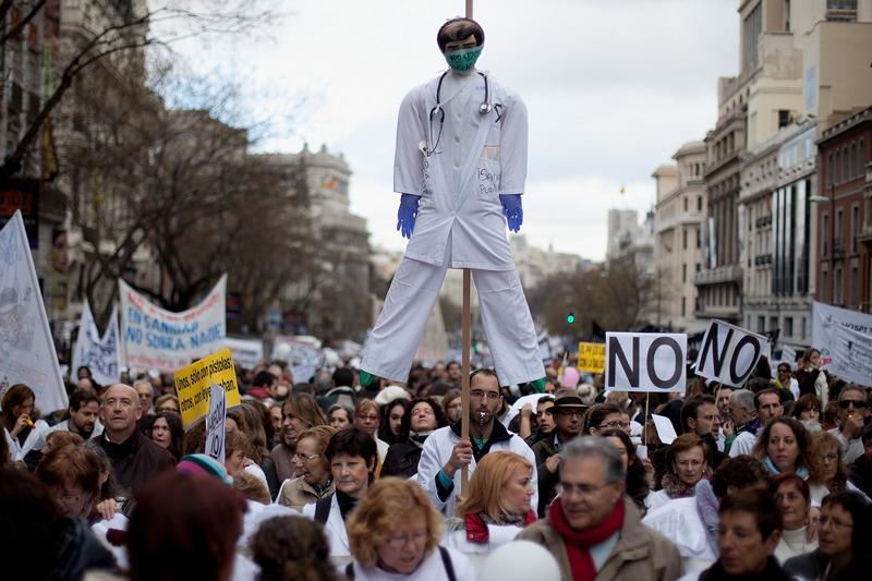 Мадрид, Испания, 16 декабря. Врачи вышли на демонстрацию, протестуя против сокращения социальной поддержки и приватизации медицинских центров и клиник. Фото: Blazquez Dominguez/Getty Images