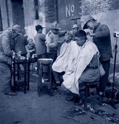 Отступающие солдаты по дороге постригаются на улицах. Шанхай. Октябрь 1948 год. Фото с aboluowang.com