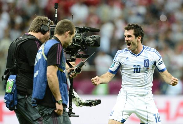 Греческий полузащитник Гиоргиос Карагунис празднует победу сборной Греции в матче против России 16июня 2012года в Варшаве. Фото: ARIS MESSINIS/AFP/Getty Images