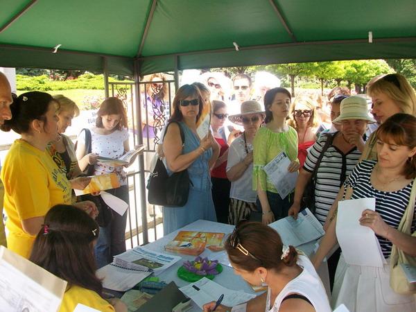 Глядачі підписують звернення до Президента та уряду Молдови. Фото: The Epoch Times