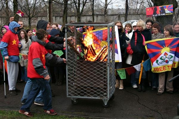 В столице Латвии Риге 10 апреля у посольства Китая прошла мирная акция За свободный Тибет. Фото: The Epoch Times