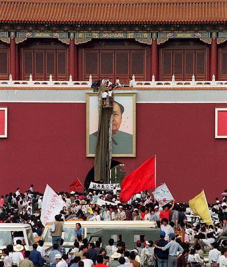 Портрет Мао забросали яйцами с краской. Фото: AFP/Getty Images
