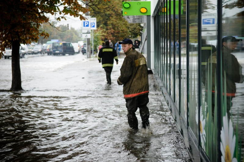 Потоп на улице Скляренко в Оболонском районе Киева 14 августа 2012 года. Фото: Владимир Бородин/EpochTimes.com.ua