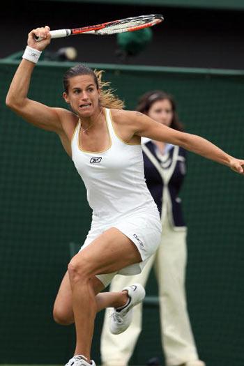 Лондон, Великобритания:  Спортсменка из Франции Amelie Mauresmo Франции во время Уимблдонского турнира. фото:  ADRIAN DENNIS/AFP/Getty Images