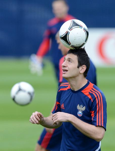 Російський півзахисник Алан Дзагоєв тренується з м'ячем 10 червня 2012 року. Фото: NATALIA KOLESNIKOVA/AFP/GettyImages