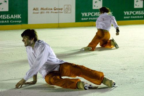 Фигуристы на открытии ледового катка в Киеве на Софиевской площади 13 января. Фото: Великая Эпоха
