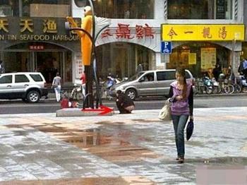 В Китае не хватает туалетов. На одной из улиц Шанхая. Май 2010 год. Фото с aboluowang.com