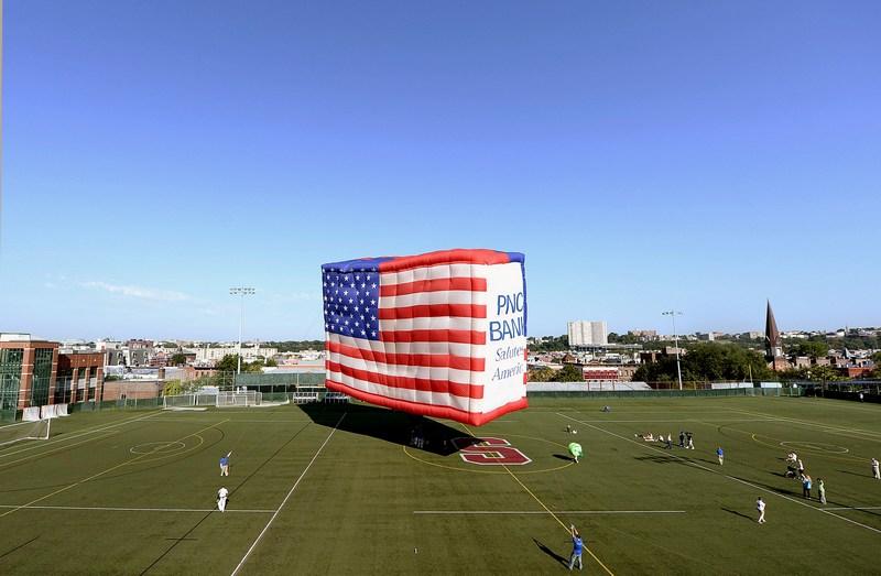 Хобокен, штат Нью-Джерсі, США, 3 липня. Найбільша повітряна куля у вигляді прапора США виготовлена до Дня незалежності. Розміри кулі 16х24 метри, вага 240 кг. Фото: Michael Loccisano/Getty Images
