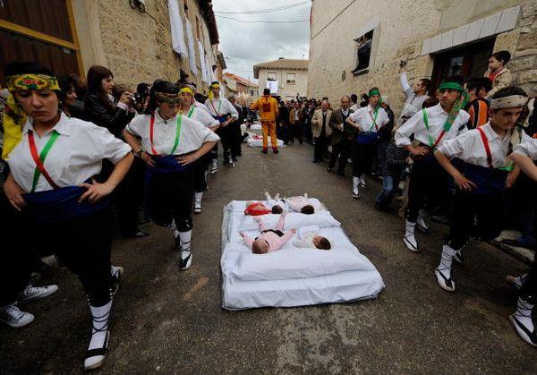 Цермонии Эль Колачо (El Colacho). Одетый как дьявол, мужчина, перепрыгивает через младенцев. Фото: Denis Doyle/Getty Image