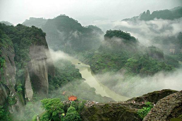 Живописные горные пейзажи округа Дацзу. Фото: worldtouristplace.com/the-dazu-rock-carvings-china
