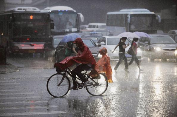 Ливень столетия в Пекине 23 июня. Фото: STR/AFP/Getty Images