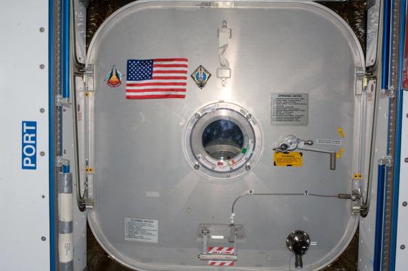 Флаг США, летавший на шаттле «Колумбия» в 1981 г. (миссия STS-1). Прикреплен к люку МКС, ведущему к шаттлу «Атлантис». Фото: NASA via Getty Images