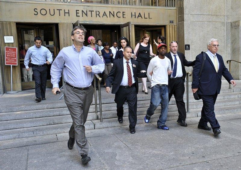 Люди выбегают из здания суда и небоскребов на улицу в день землетрясения, которое ощущалось в Нью-Йорке 23 августа 2011. Фото: Nicholas Kamm / Getty Images