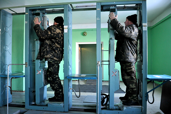 Дозиметрический контроль при выезде из зоны отчуждения на КПП Дитятко. Фото: Владимир Бородин/The Epoch Times