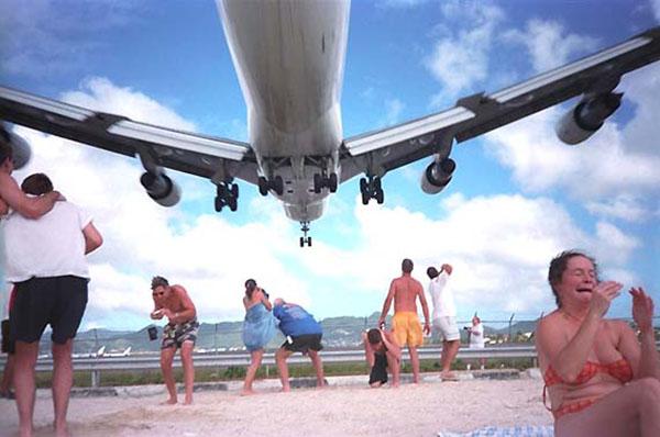 Экстремалы на пляже Махо с азартом встречают самолет. Фото: blogspot.com