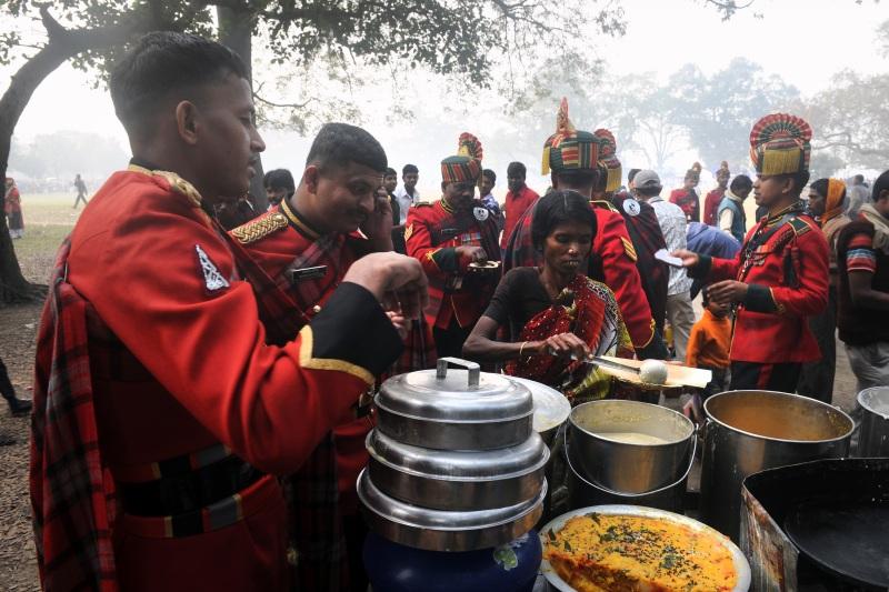 Солдаты подкрепляются перед участием в параде в честь Дня Республики в Калькутте. Фото: DIBYANGSHU SARKAR/AFP/Getty Images
