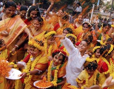 У цей день відзначають прихід весни, це фестиваль урожаю, святкування вигнання зла й відродження життя. фото: DESHAKALYAN CHOWDHURY/AFP/Getty Images
