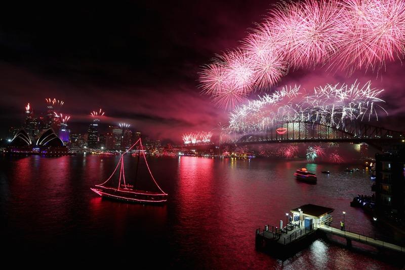 Сидней, Австралия, 31 декабря. Новогодние фейерверки расцвели над самым большим мостом города Харбор-Бридж. Фото: Cameron Spencer/Getty Images