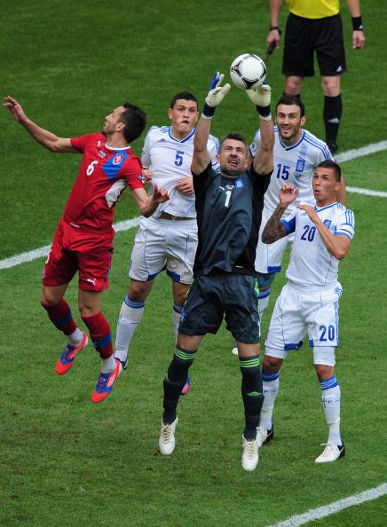Константінос Чалкіас з Греції ловить м'яч у повітрі в матчі Греції та Чехії 12 червня 2012 року, Польща. Фото: Jamie McDonald/Getty Images