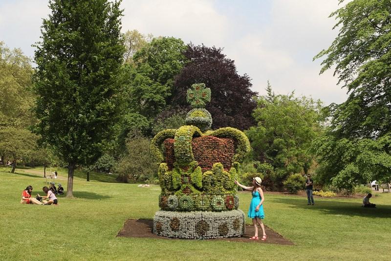 Лондон, Англия, 29 мая. В парке Сент-Джеймс в честь бриллиантового юбилея правления королевы Елизаветы II установлена 4-х метровая корона, составленная из 13,5 тыс. цветков. Вес короны — около 5 тонн. Фото: Oli Scarff/Getty Images