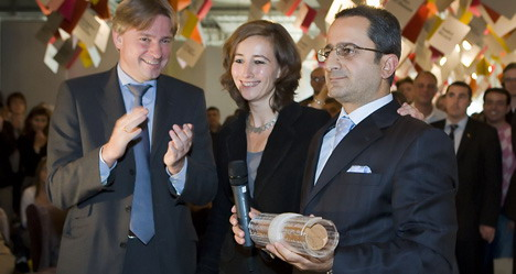 Символическая передача прав почётного гостя ярмарки турецкому координатору Юмиту Гёзюму. Фото с сайта www.buchmesse.de