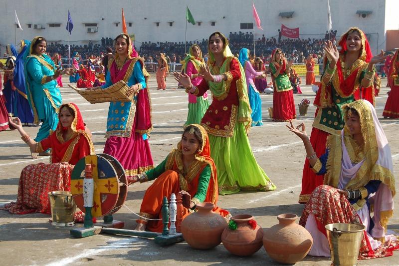 Індійські дівчата виконують традиційний народний танець панджабі «Гіддха», Амрітсар. Фото: NARINDER NANU/AFP/Getty Images