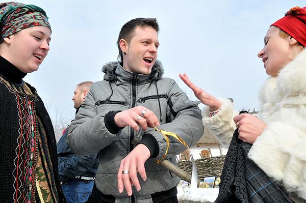 Неженатому парню привязали к руке колодий на праздновании в Мамаевой слободе. Фото: Владимир Бородин/The Epoch Times Украина