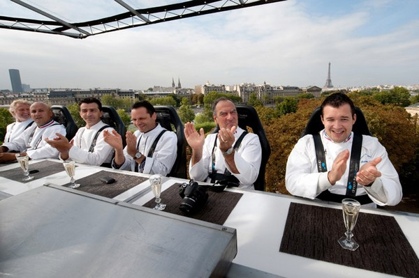Ужин в небе Парижа. Фото: AFP