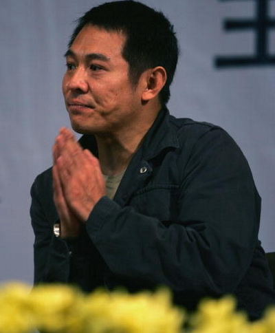 Джет Лі читає лекцію китайським студентам, як посол доброї волі від товариства «Червоного хреста». Фото: China Photos / Getty Images)